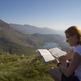 woman-tourist-in-nature-read-map-14716202449bd